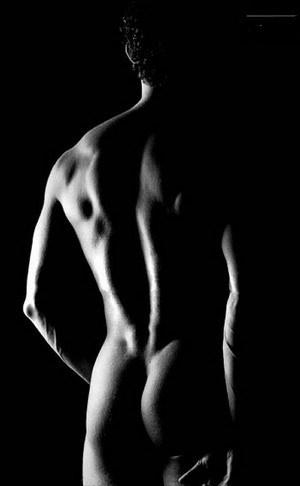 homme nu de dos noir et blanc