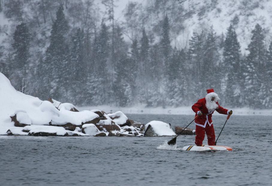 pere noel sur des skis nautiques